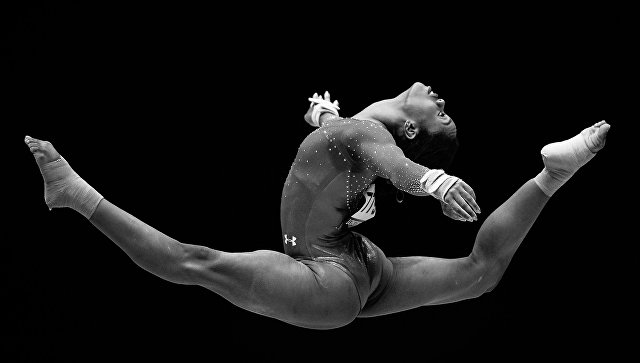 Габриэль Дуглас (США) выполняет вольные упражнения в индивидуальном многоборье среди женщин на чемпионате мира по спортивной гимнастике в Глазго