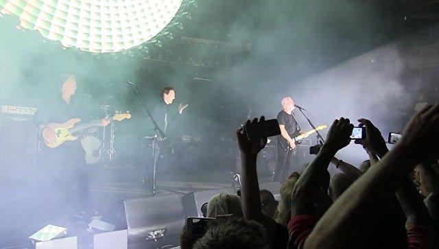 Камбербэтч и Гилмор спели одну из культовых песен Pink Floyd