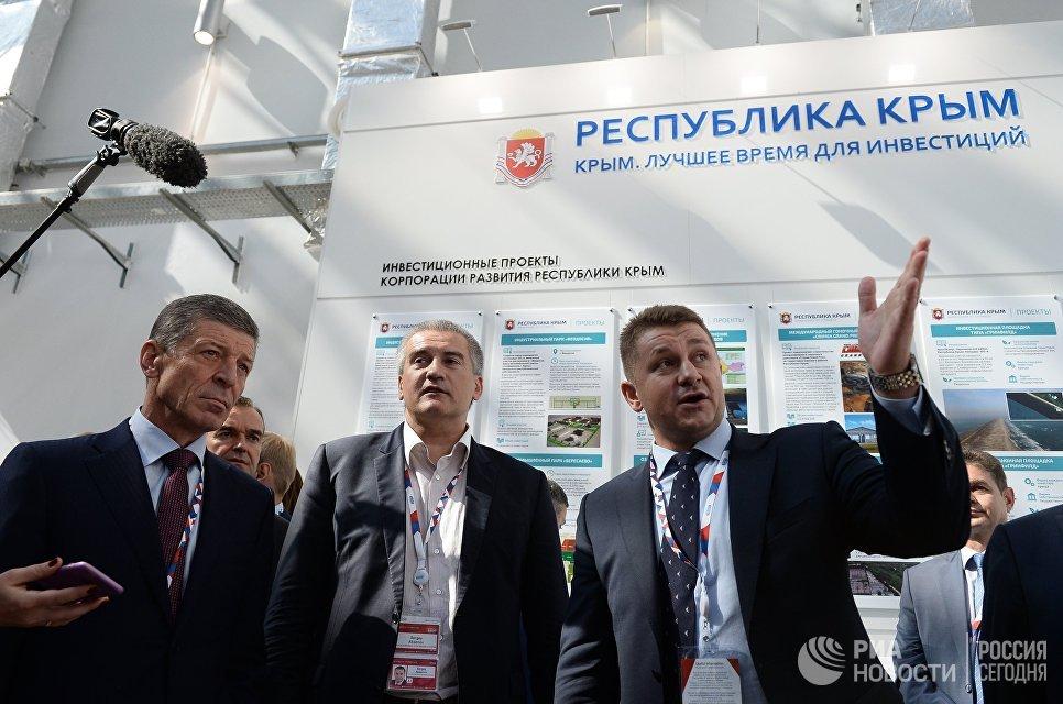 Заместитель председателя правительства РФ Дмитрий Козак и глава Республики Крым Сергей Аксенов на международном инвестиционном форуме Сочи 2016
