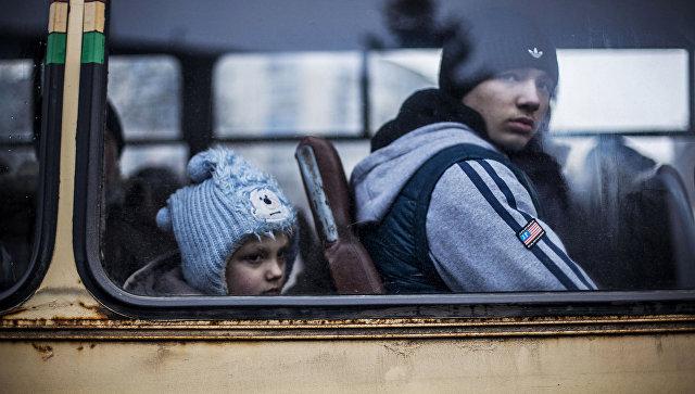 Люди сидят в автобусе, чтобы покинуть зону военного конфликта. Дебальцево, Украина