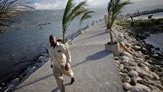 Мужчина на пирсе в Порт-о-Пренсе, Гаити. 1 октября 2016. Архивное фото