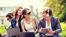 Молодые люди с компьютерами в руках. Архивное фото
