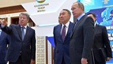 Президент РФ Владимир Путин и президент Казахстана Нурсултан Назарбаев во время посещения выставки во Дворце Независимости в Астане. 4 октября 2016