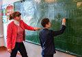 Учитель начальных классов Оксана Русакова и Дима (9 лет) на уроке в школе села Сенное в Брянской области