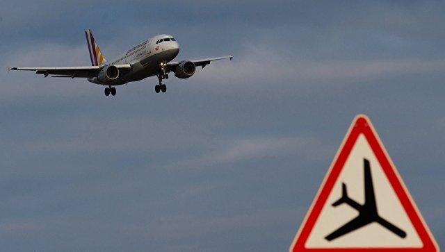 Самолет в небе, архивное фото