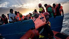 Спасение мигрантов из Ливии в Средиземном море. Архивное фото