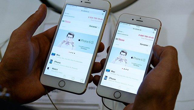 Покупатель знакомится с функциями Apple iPhone 6 и iPhone 6 plus. Архивное фото
