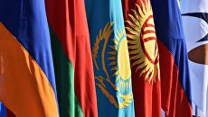 Государственные флаги на контрольно-пропускном пункте Ак-Жол на границе Киргизии и Казахстана, архивное фото