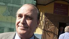 Представитель истца Леонид Жура у здания Басманного суда Москвы