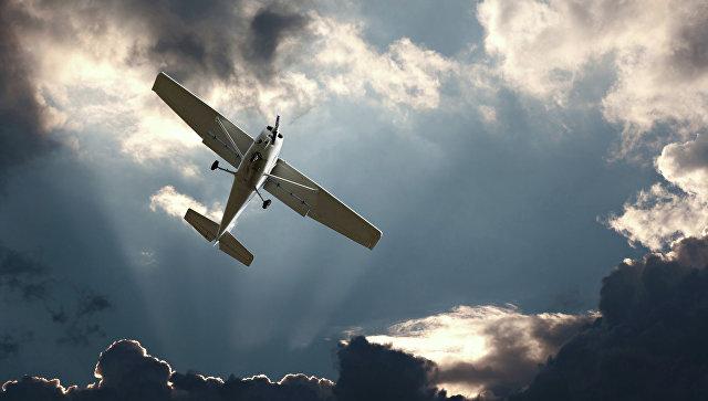Легкомоторный самолет в небе.Архивное фото