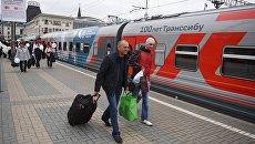 Пассажиры у поезда Россия рейса Москва – Владивосток. Архивное фото