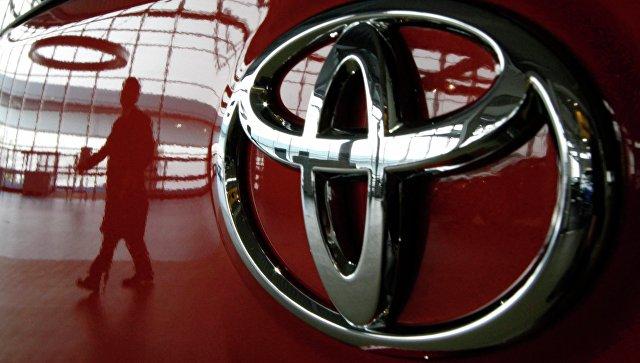 Машина в автосалоне компании Toyota в Токио