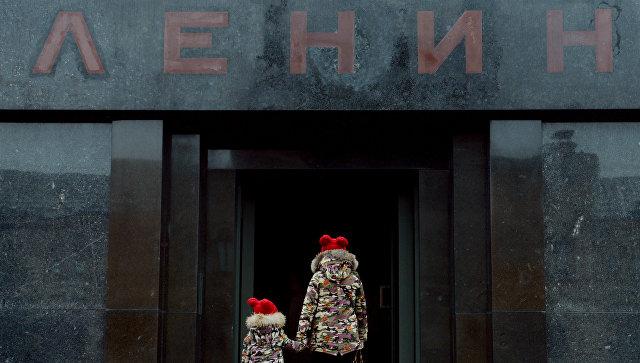 Дети перед входом в Мавзолей В. И. Ленина. Архивное фото