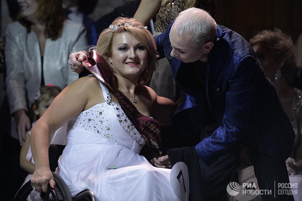 Победительница конкурса Алеся Гусарова на церемонии награждения 7-го конкурса красоты Мисс Независимость - 2016 в Москве