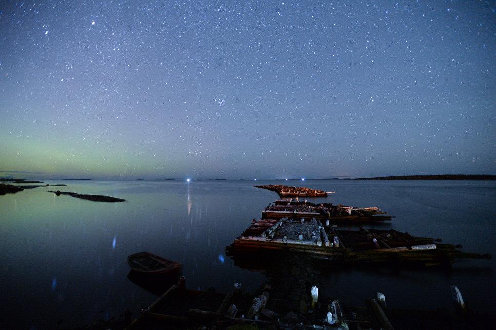 Северное сияние на берегу Белого моря. Кемь, посёлок Рабочеостровск