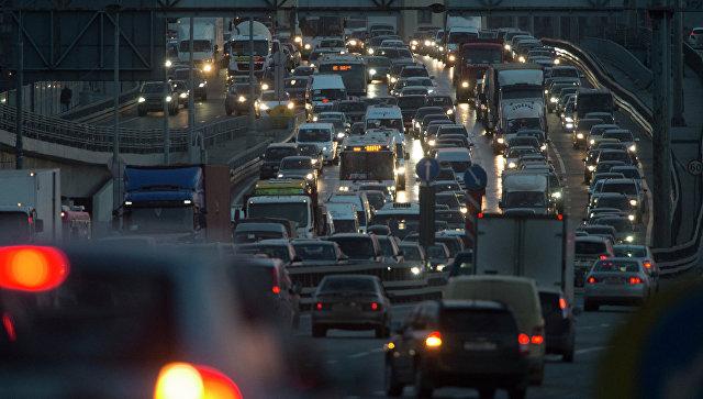 Автомобильное движение на МКАД. Архивное фото