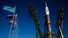Вывоз и установка ракеты-носителя с пилотируемым кораблем Союз МС-02 на космодроме Байконур. Архивное фото