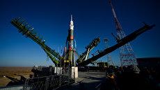 Установка ракеты-носителя Союз-ФГ с транспортным пилотируемым кораблем Союз МС-02 на стартовой площадке космодрома Байконур