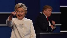 Кандидаты в президенты США Дональд Трамп и Хиллари Клинтон на третьих теледебатах. Архивное фото
