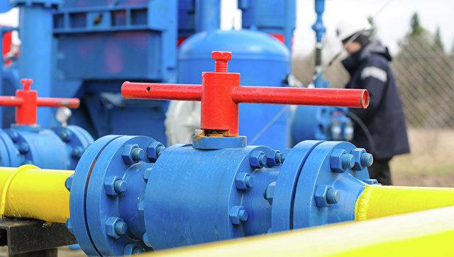 Рабочий на газовой станции. Архивное фото