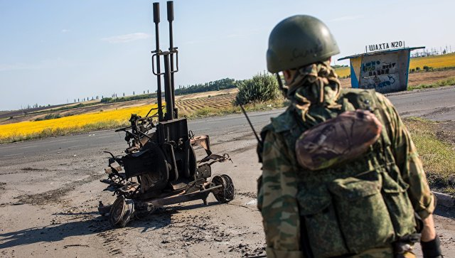 Боец народного ополчения возле сгоревшей зенитной установки ЗУ-232 украинской армии