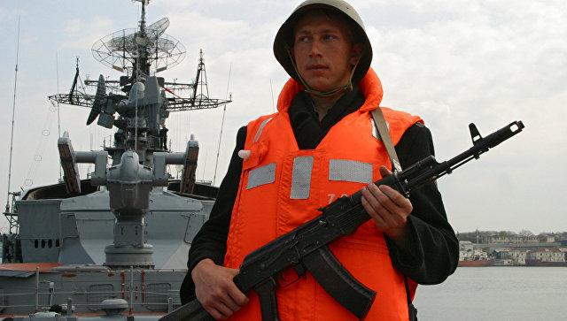 Военнослужащий большого противолодочного корабля Сметливый. Архивное фото