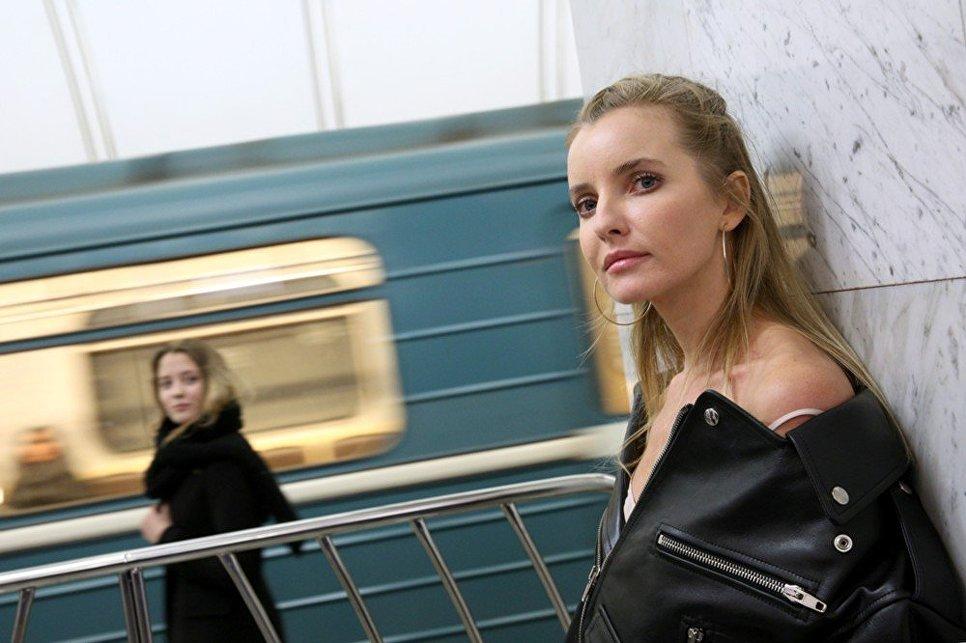 Девушка во время показа коллекции модельера Александра Терехова на платформе станции метро Достоевская