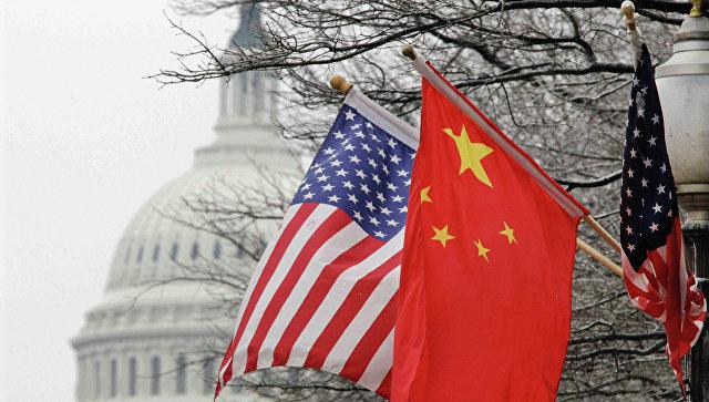 Флаги США и Китая на фоне здания Конгресса США в Вашингтоне. Архив