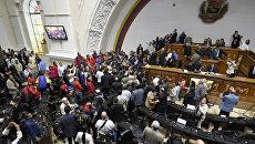 Оппозиционные депутаты и сторонники правительства во время заседания парламента Венесуэлы. Октябрь 2016