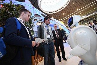 Участники у робота Promobot на выставке в рамках форума Открытые инновации - 2016 в Сколково