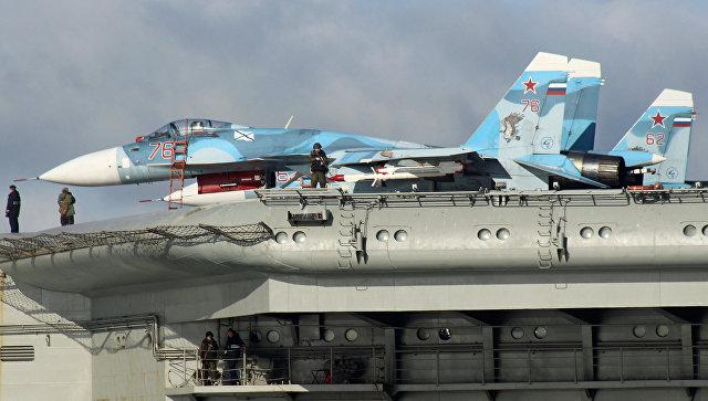 Самолеты Су-33 на борту тяжёлого авианесущего крейсера Адмирал Флота Советского Союза Кузнецов во время прохода авианосной группы Северного флота России через пролив Ла-Манш. Архивное фото