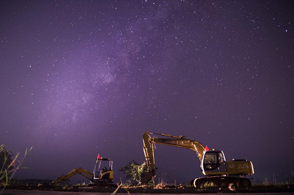 Звездное небо над строительством трассы Янгон-Нейпьидо, Мьянма