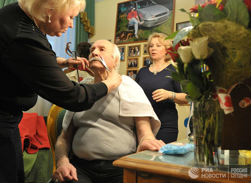 Актер Владимир Зельдин в гримерке перед началом спектакля Танцы с учителем