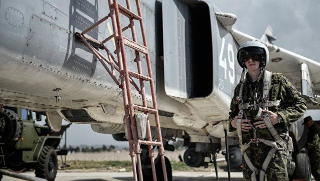 Пилот ВКС России садится во фронтовой бомбардировщик Су-24 на авиабазе Хмеймим в Сирии. Архивное фото