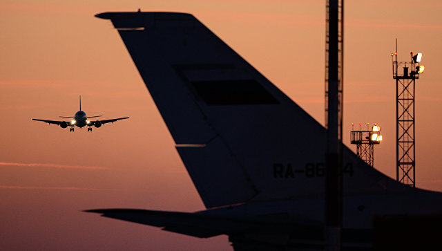 Самолет заходит на посадку в аэропорт Толмачево в Новосибирске. Архивное фото