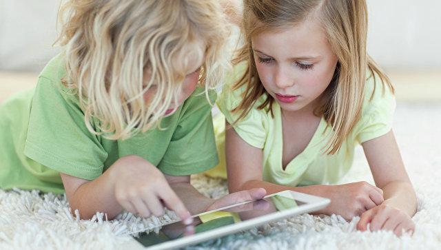 Дети с планшетным компьютером. Архивное фото