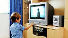 Ребенок смотрит телевизор. Архивное фото