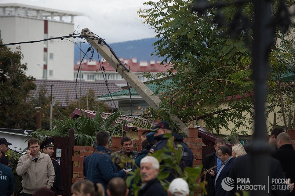 Место падения вертолета на крышу частного жилого дома в Адлерском районе Сочи