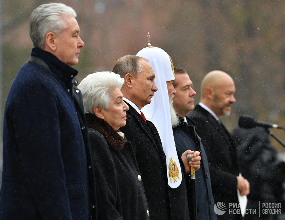Президент РФ В. Путин и премьер-министр РФ Д. Медведев на церемонии открытия памятника князю Владимиру на Боровицкой площади в Москве