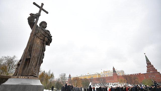 Церемония открытия памятника князю Владимиру на Боровицкой площади в Москве в День народного единства