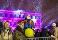 Зрители во время мультимедийного 3D-маппинг шоу Фестиваль Света 2016 на Исаакиевской площади в Санкт-Петербурге