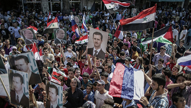 Участники митинга в поддержку президента Сирии Башара Асада и президента России Владимира Путин в Латакии. Архивное фото
