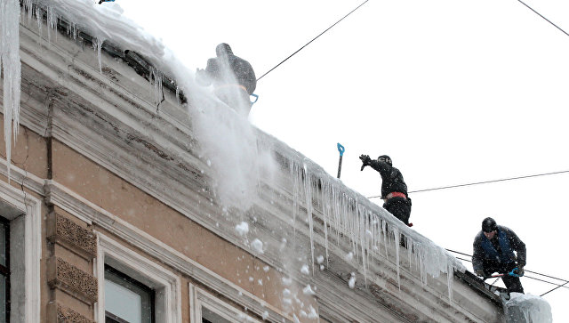 Уборка снега с крыш. Архивное фото