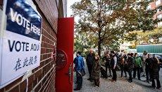 Горожане стоят в очереди на избирательный участок в Нью-Йорке, где проходит голосование на выборах президента США