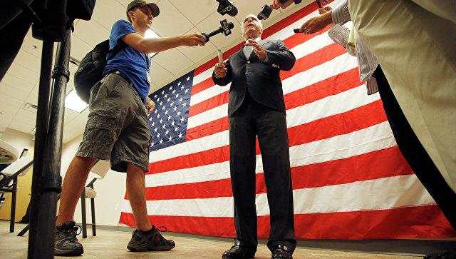 Сенатор Джон Маккейн беседует с журналистами. Архивное фото