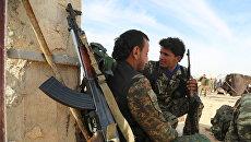 Бойцы  Демократических силы Сирии (SDF) в деревне недалеко от Ракки