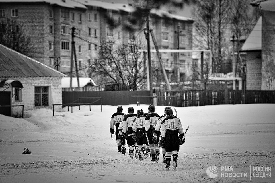 Хоккейная команда Ветлуга после матча между юниорскими любительскими командами города Ветлуга и посёлка Шаранга в городе Ветлуга Нижегородской области
