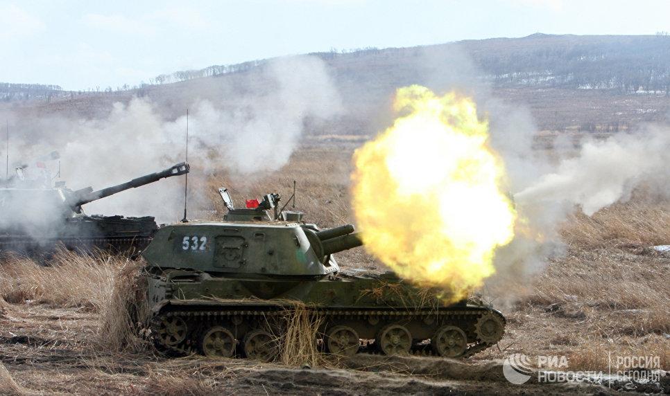 Самоходная артиллерийская установка 2С3 Акация на учениях артиллерийских подразделений