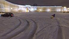 Экстремал на сноуборде проехал по заснеженной Дворцовой площади в Петербурге