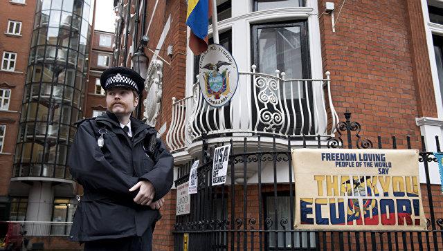 Полицейский у посольства Эквадора в Лондоне перед допросом основателя WikiLeaks Джулиана Ассанжа